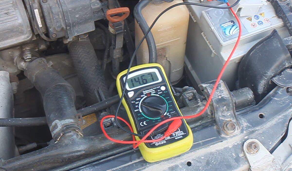 Узнал, заряжается ли аккумулятор автомобиля на холстом ходу