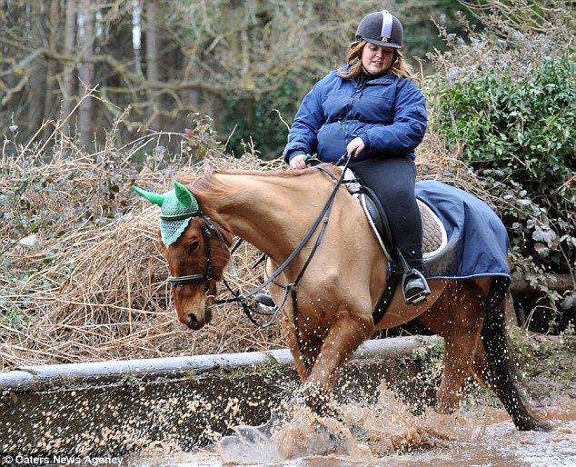 """""""Она была не толстой... до тех пор, пока не начала отбирать у лошади весь овёс и жрать его сама:)"""""""