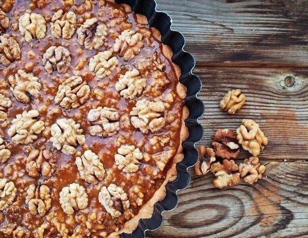 Ореховый тарт: песочный корж в сочетании с карамельно-ореховой начинкой
