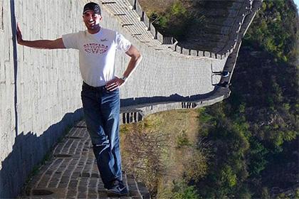 В сети изумились оптической иллюзии с победившим гравитацию туристом