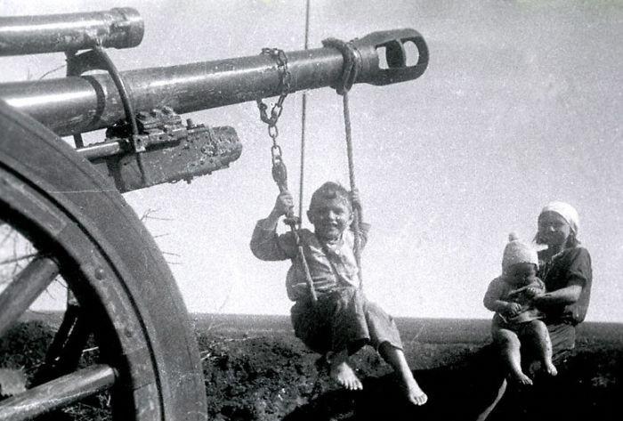 """34. Мальчик на """"качелях"""", Россия, 1944 год детство, прошлое, фотография"""