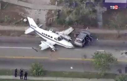 В американском Санкт-Петербурге самолет аварийно сел в центре города