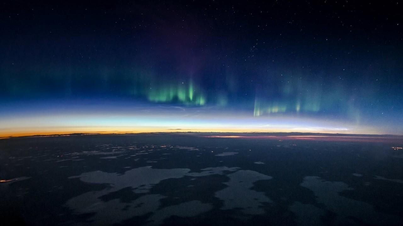 Северное сияние в небе над Канадой аэросъемка, кабина пилота, кабина самолета, красивые фотографии, пилот, с высоты, с высоты птичьего полета, фотограф