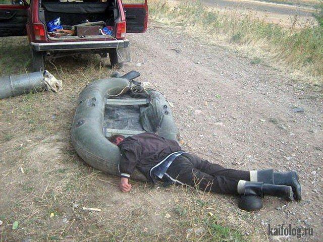 мужчина спит на рыбалке