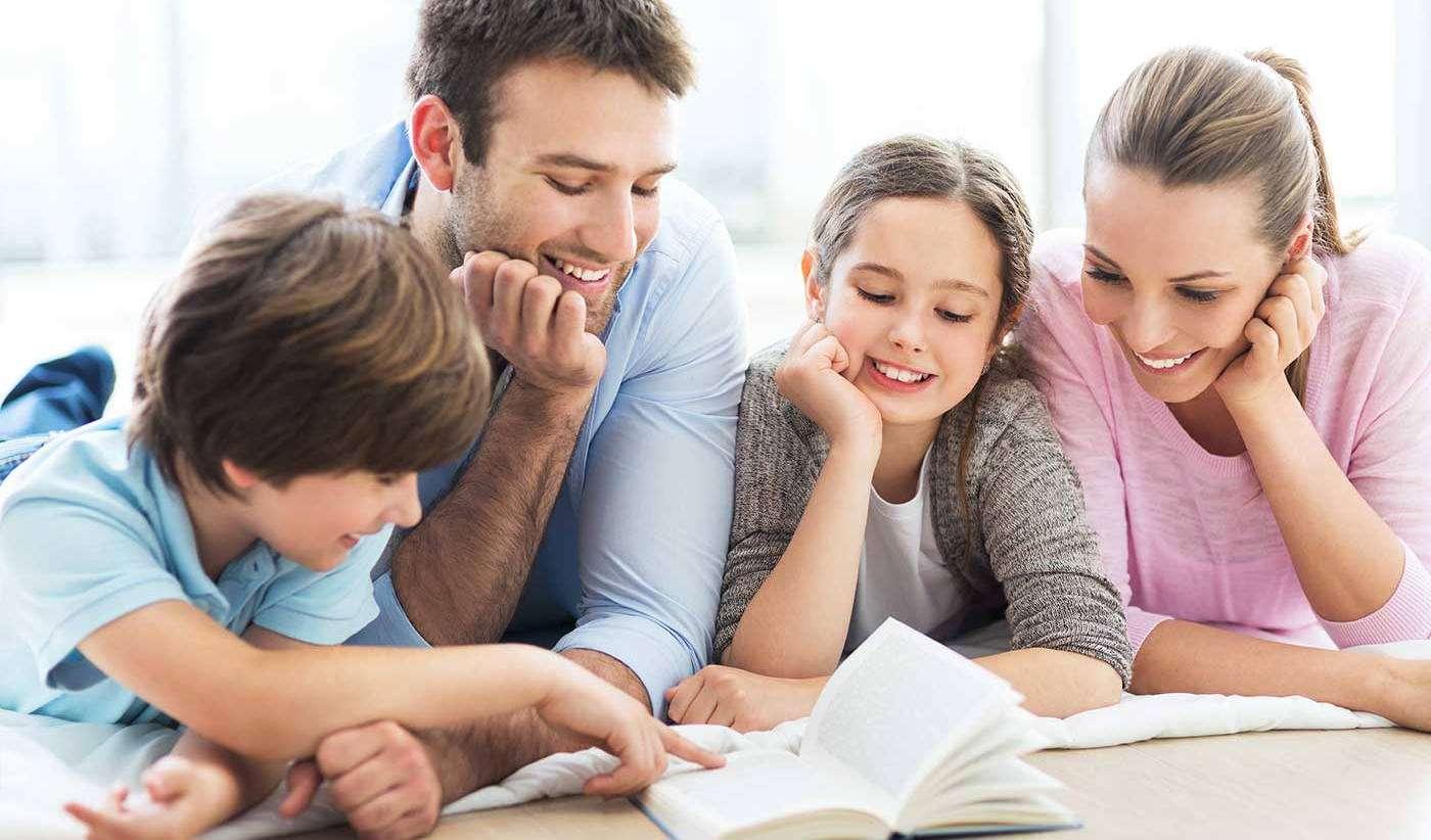 Родители помогают детям делать уроки
