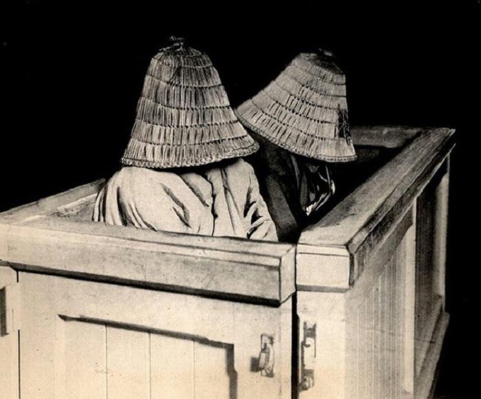 Японские женщины скрывают лица в зале суда.