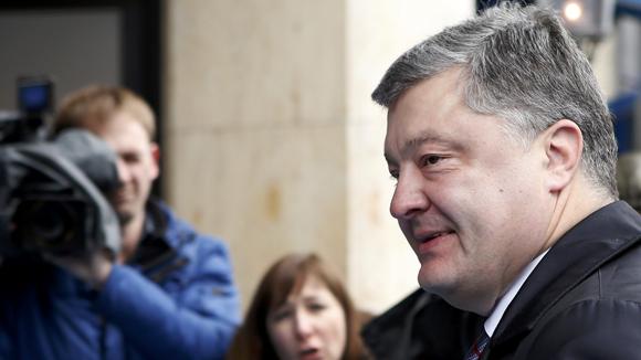 Порошенко решил, что «не оставит без поддержки» граждан в Крыму