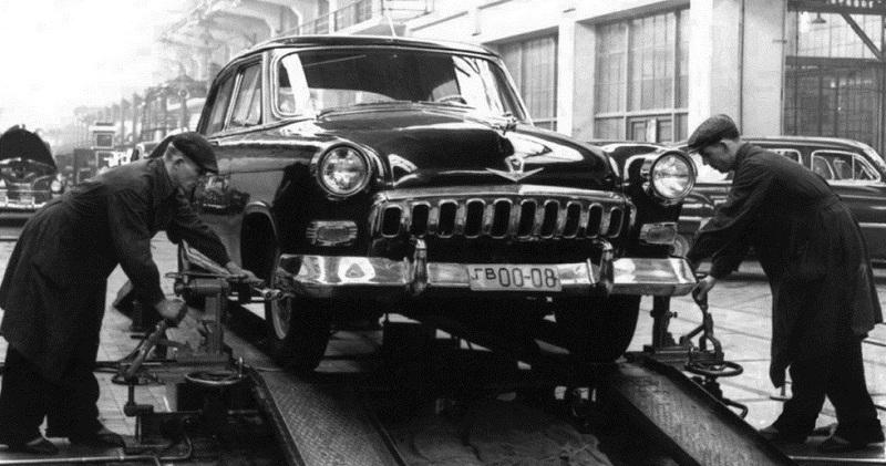 Спецтранспорт для вампиров и КГБ: легенды и были о знаменитой черной «Волге»