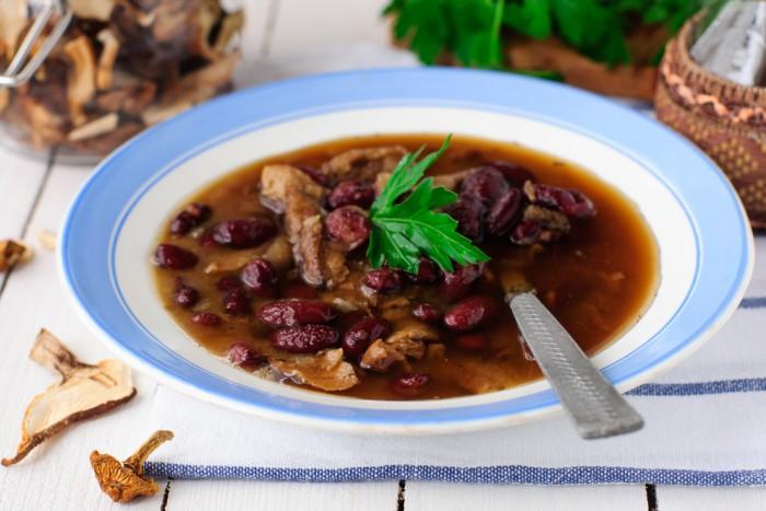 Суп с сушеными лесными грибами и красной фасолью - пошаговый рецепт