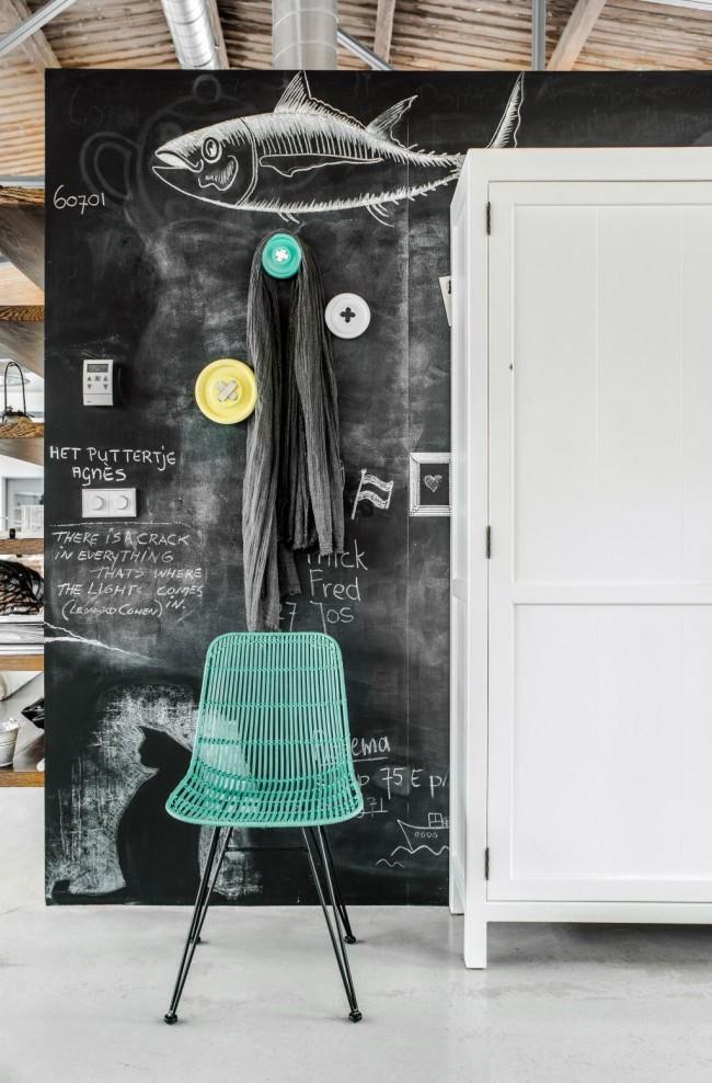 Грифельная стена для рисования мелом – один из способов разнообразить декор квартиры