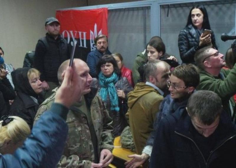Вояки ОУН забросала судей дымовыми шашками, требуя освободить лидера нацистов Коханивского