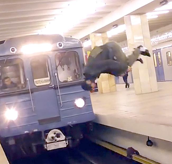 В сети появилось видео с сальто перед поездом московского метро
