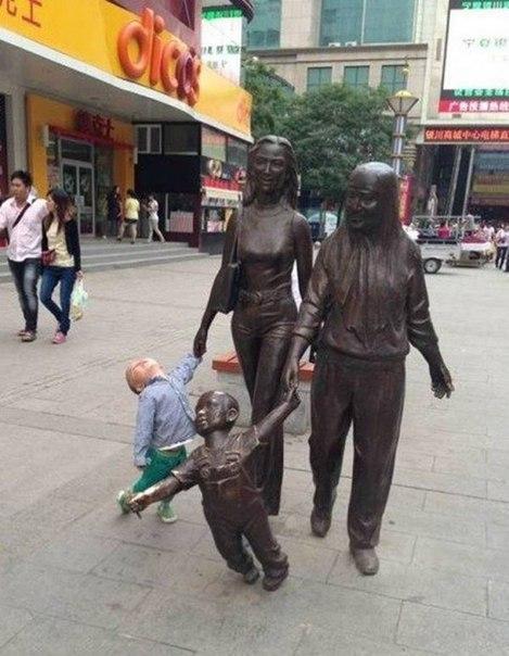 Детки точно знают, как фотографироваться с памятниками :)