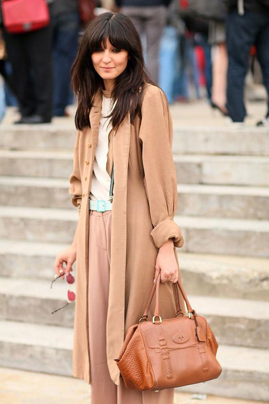 Девушка в бежевом плаще, широкие брюки и коричневая сумка