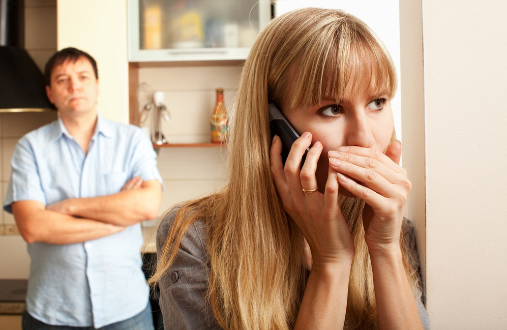 Жена уехала на стажировку в другой город... Страшно ее ревную...