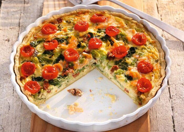 Песочный пирог с помидорами и лососем.  Фото: pinterest.com.