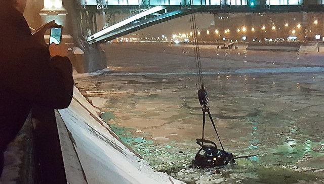 Инспектор ДПС прыгнул в Москву-реку и спас девушку из тонущей машины