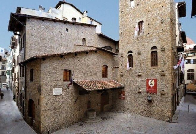 Работы по воссозданию дома и площади где жил знаменитый поэт и основоположник литературного итальянского языка проводились в 1911 году