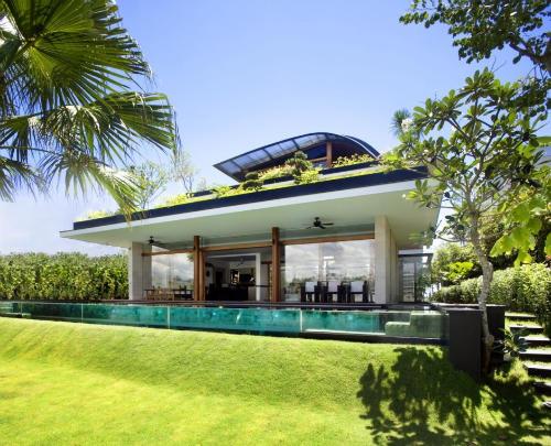 Мира-хаус, покрытый травой