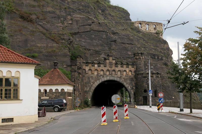 7. Тоннель в скале, Прага железная дорога, интересно, непроходимые места, опасные дороги, тоннель, фото