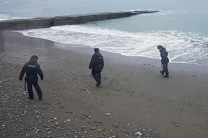 Полиция Сочи после шторма ищет на пляже фрагменты упавшего ТУ-154