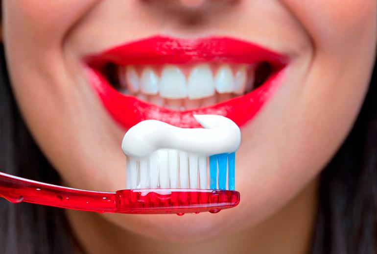 Как отбелить зубы в домашних условиях: простые продукты в борьбе за совершенство