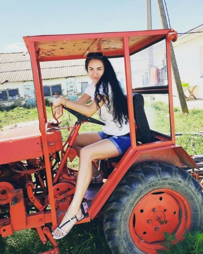 Оседлала трактор? Значит трактористка!