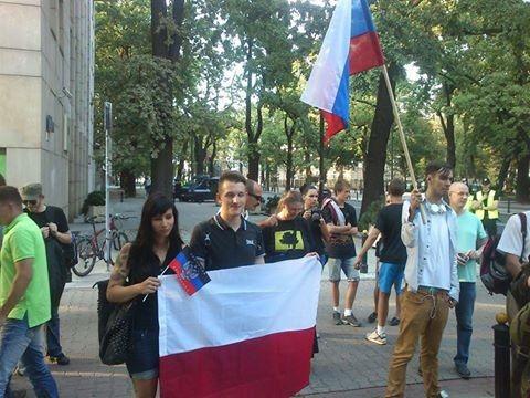 У здания украинского посольства в Варшаве прошёл митинг против войны на Украине