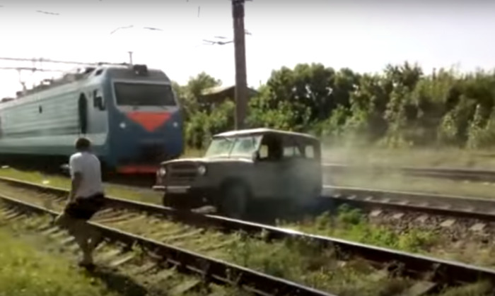 «Эльдар, вылазь»: на Кубани поезд протаранил застрявший на рельсах УАЗ