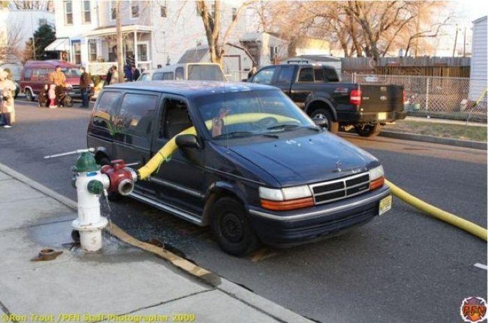 Американские пожарные не церемонятся с автомобилями, мешающими им