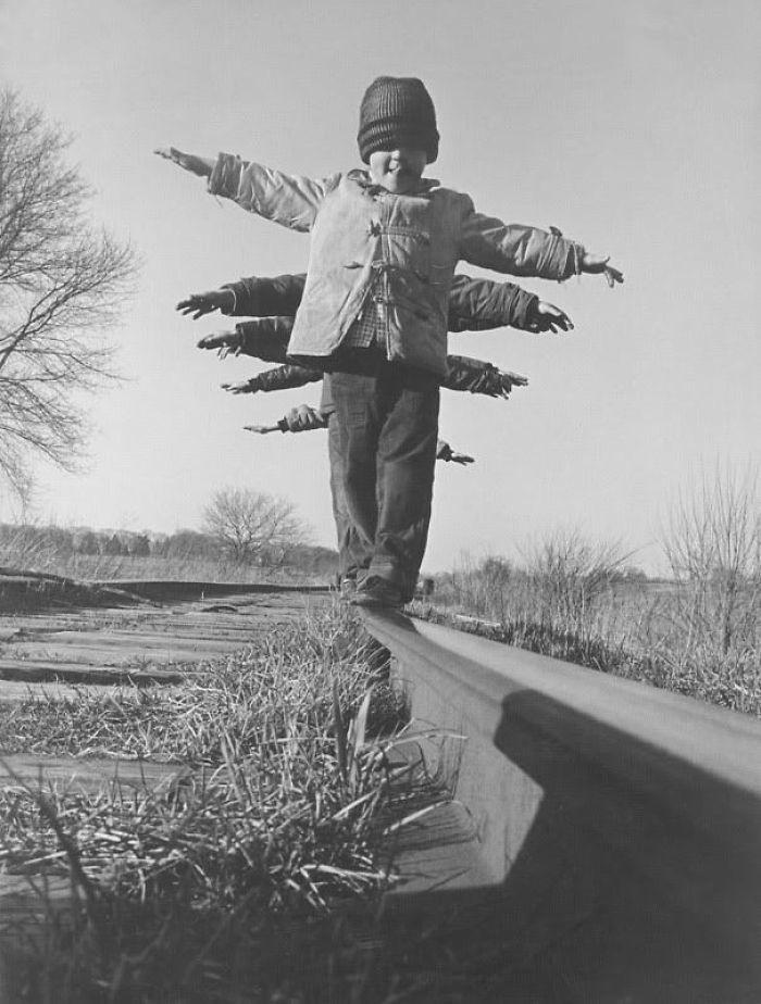 46. Дети балансируют на рельсе, Южная Дакота, 1959 год  детство, прошлое, фотография