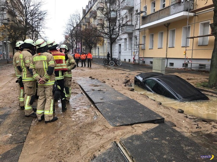 Машина провалилась под землю