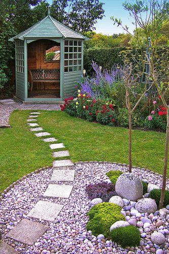 Садовая дорожка из плитки по газону