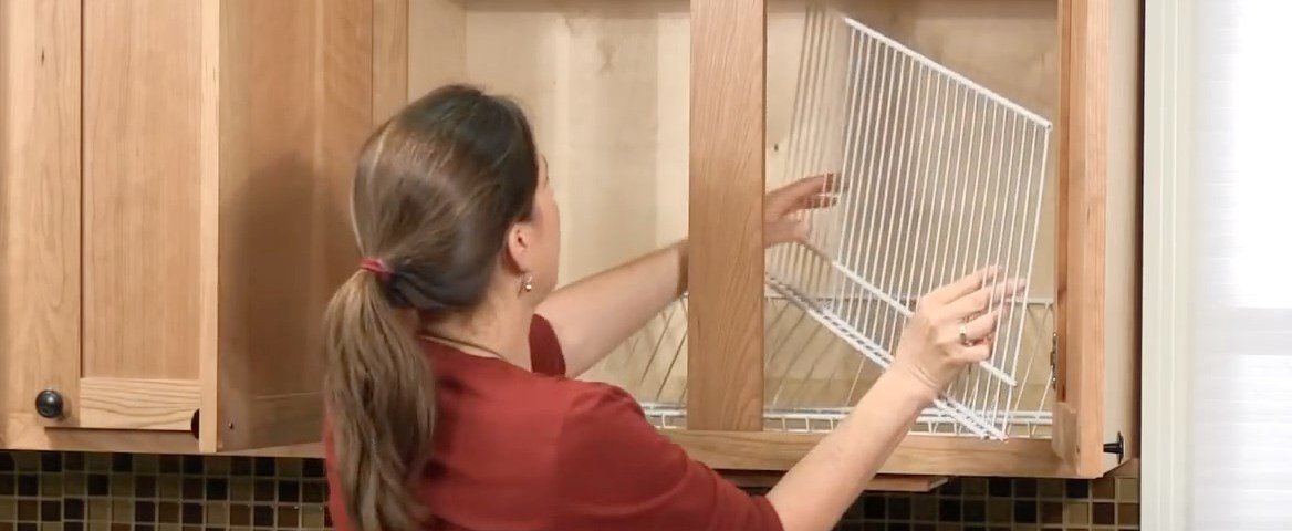Она не могла справиться с беспорядком в кухонном шкафу, пока не проделала этот трюк. Восхитительно!