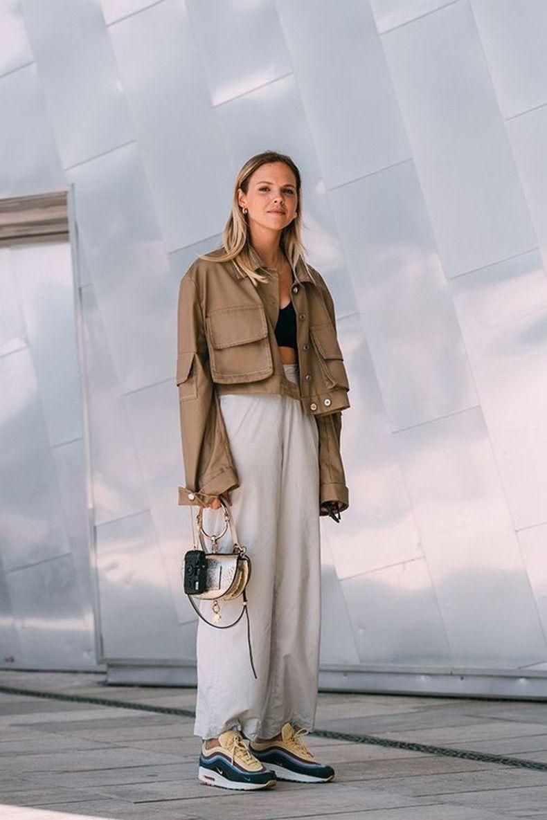 Девушка в широких светлых брюках и бежевой куртке