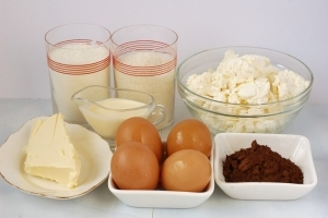 Для приготовления творожного торфяного пирога нам понадобится сахар, мука, масло, сметана, яйца, творог,какао.