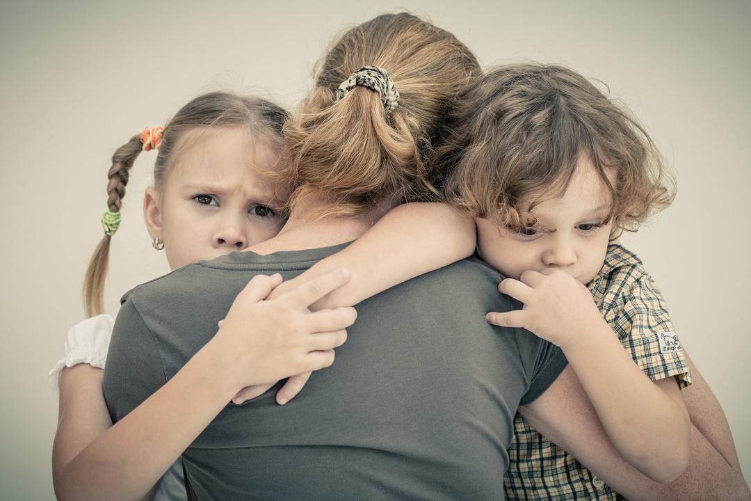 Дети знают, что у них есть отец, но не больше. Муж всё время в работе. Это время такое или человек не хочет?