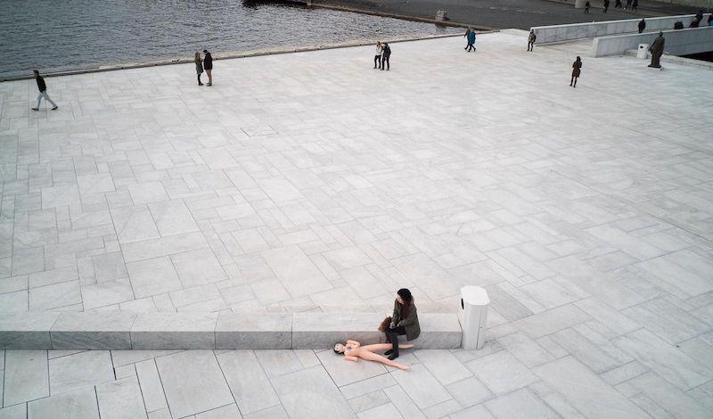 «Игра наблюдения и воображения»: как уличный фотограф из Испании борется со скукой