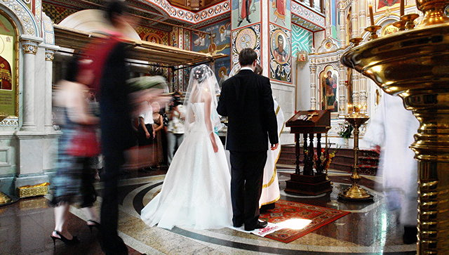 Браки заключают на небесах — до трех раз: РПЦ установила лимит на венчание