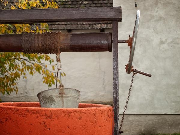 Как украсить бетонное кольцо для колодца