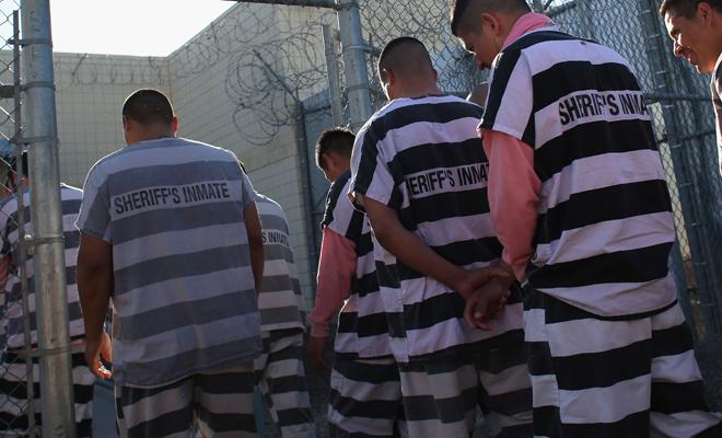 Почему тюремную форму делают полосатой