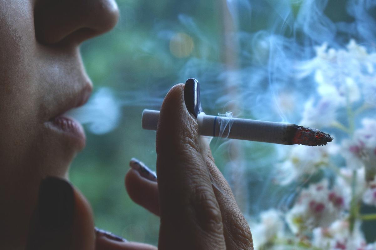 Если человек курит у себя в …