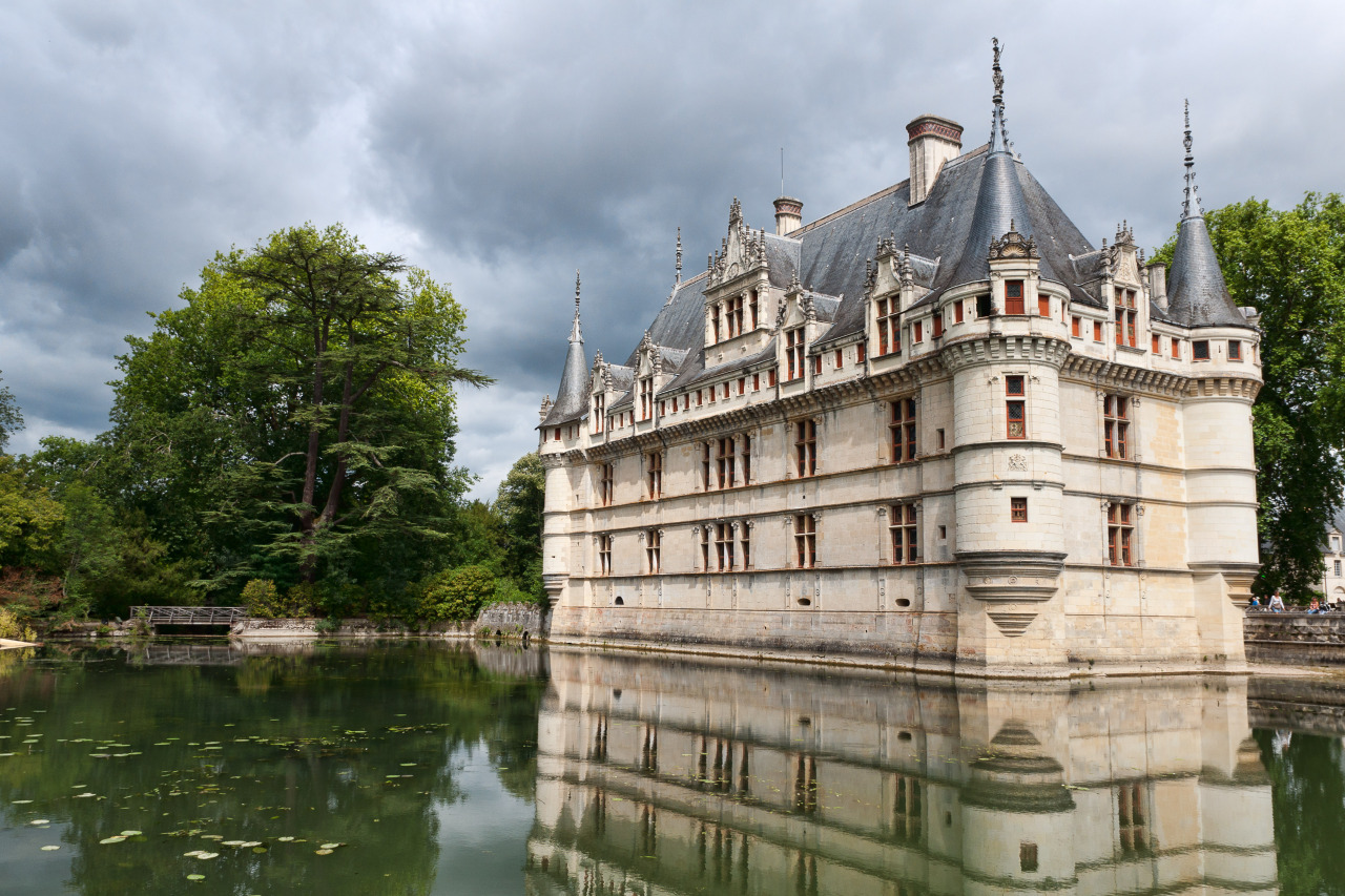 http://upload.wikimedia.org/wikipedia/commons/d/d2/Chateau-Azay-le-Rudeau-1.jpg