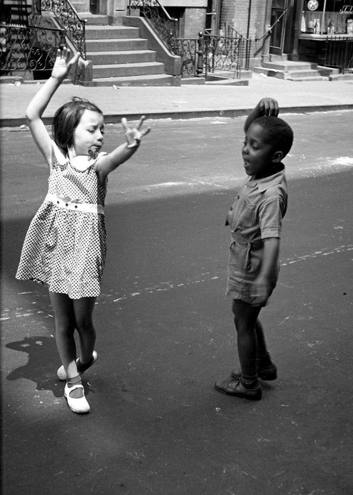 4. Дети танцуют на одной из улиц Нью-Йорка, 1940 год детство, прошлое, фотография