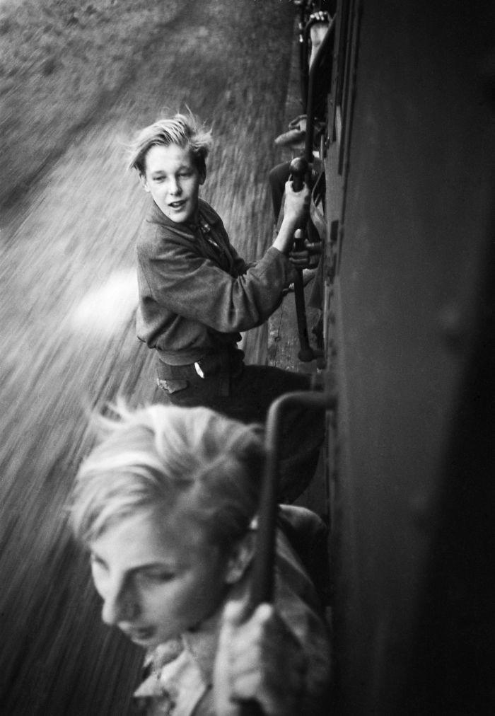 42. Мальчики катаются на поезде, Нидерланды, 1945 год  детство, прошлое, фотография