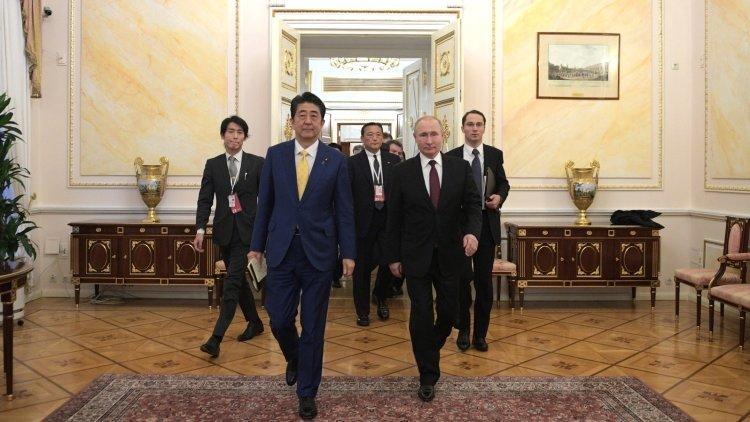 Абэ начал переговоры с Путин…