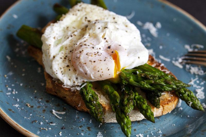 Изображение рецепта Сэндвич с яйцом пашот и спаржей