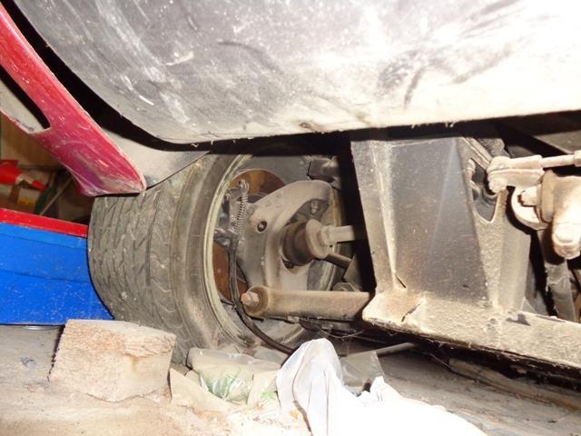 В подвеске использовались поперечные А-образные рычаги, с успехом применяющиеся в гоночных автомобилях