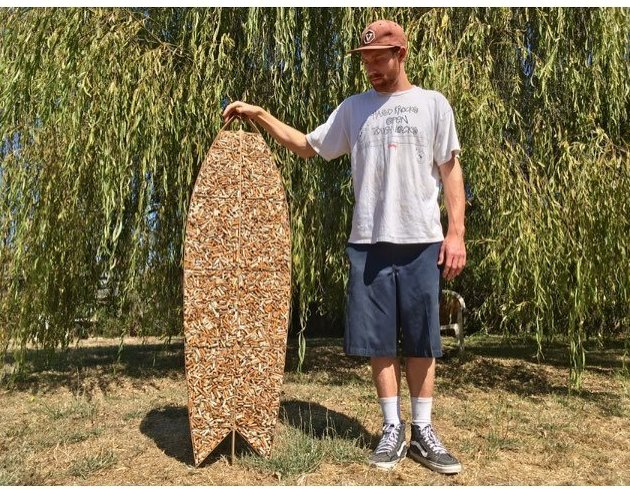 Сёрфер из Калифорнии смастерил доску из 10 000 окурков