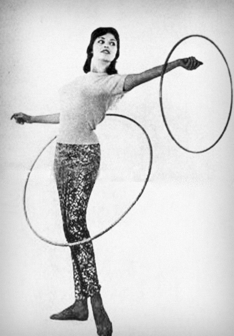 Фотосессия Мишель с обручами. Октябрь 1958-го года.